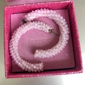 Flotte øreringe i rosa perler. Aldrig brugt.  Bytter ikke!