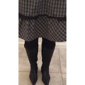 Klassiske sorte lange skindstøvler fra Sanita 🤍  Lidt cowboy støvle agtig.  Med spids snude 2 cm hæl Lynlås indvendigt Næsten som ny.  Minimalt slid på snude. Nypris 1199,-   Se også mine andre fine annoncer. Sælger billigt ud og giver gerne mængderabat 🙌🏼