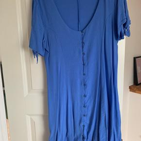 Billedet taler slet ikke for kjolen. En rigtig Beverly Hills kjole! Falder sindssygt flot, skærer ind i taljen, med fine sløjfedetaljer på ærmerne.  Trænger til en strygning 😉