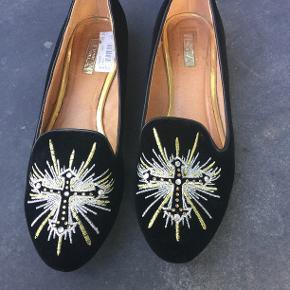 Flade loafers i sort fløjl med broderi. Str. 40. Mærket hedder Donna Girl, London. Kun brugt indendøre.