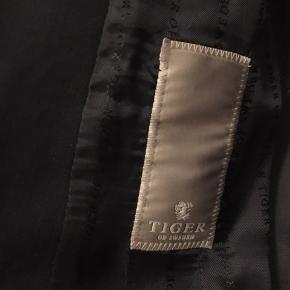 """Tiger of Sweden blazer i deres """"standard blå"""", så du kan stadigvæk købe bukser dertil. Ikke brugt i flere år, da den er for lille."""