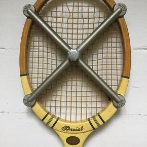 Flot gammel tennis ketcher af mærket Slazenger Blue Bell. 5 strenge skal dog erstattes så kom med godt realistisk bud. Stål beslag følger med for at styrke ketcher og holde den lige. Har flere ketcher på min side.