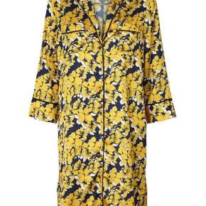 Brand: Lolly's Laundry Varetype: Kimono Størrelse: M Farve: Gul Oprindelig købspris: 950 kr. Kvittering haves.  Kimono i mønsteret gul farve har brugt den få gange så fejler intet - BYD gerne