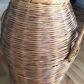 Charmerende gylden flettet vasketøjskurv/opbevaringskurv
