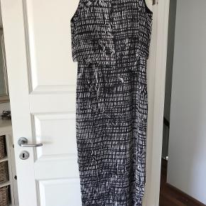 trekvart lang kjole med smuk åben ryg, svært at se på billedet, da overdelen hænger løst. sort hvid