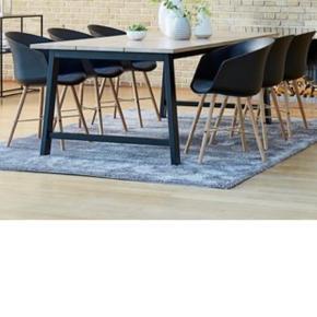 Helt nyt bord fra JYSK i kasse, de seks stole på billedet kan også tilkøbes. Stolene er brugt et års tid.