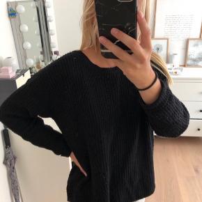 Sort strik sweater fra Ginatricot. Brugt, men i fin stand.  Kan ikke huske np