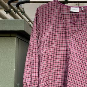 Gestuz lilla lang ternet kjole (sample) str 36. Bånd i talje kan tages af. Næsten som ny.