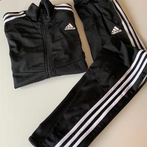 Varetype: BukserFarve: Sort  Adidas sæt. Nærmest ikke brugt. Fejler intet