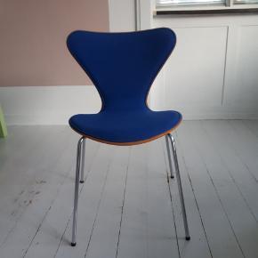 Arne Jacobsens 7'er stol fra Fritz Hansen. Egetræ med blåt uld betræk i fin stand. Den er fra 1986. Meget flot stand. Eneste brugsspor er lidt mærker på rammen (se billede) Jeg sender gerne flere billeder