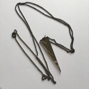 Lang halskæde fra Erbs&Bjerke i oxyderet sølv. Købt for en del år siden, men brugt få gange og i perfekt stand.
