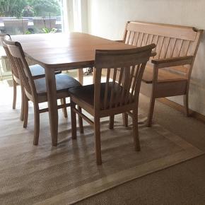 Massiv sæbebehandlet bøg. Bord, 6 stole, bænk og lille ekstra bænk sælges samlet.  Bordet er 160 cm lang inkl. tillægsplade (er vist på billede med plade i), 92 cm bred, 75 cm høj. Bordpladen er i rigtig fin stand, da der altid er brugt dug på bordet. Bordben trænger til rengøring/slibning og ny sæbebehandling.  6 stole, kun 3 vist på billederne. Fra gulv til øverste kant ryglæn er stolene 82 cm høj. Sædet er 46 cm (bredeste sted) og 40 cm dybt. Alle stole trænger til limning, rengøring/slibning og ny sæbebehandling.  Stor bænk er ca 110 cm lang (sædet), sædet 46 cm dybt, ryglæn ca 88 cm høj Lille bænk er ca 68 cm (sædet), sædet 46 cm dybt, ryglæn ca 88 cm høj Begge bænke træner til rengøring/slibning og ny sæbebehandling.  Skal afhentes senest 28. August.
