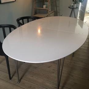 Bredde: 105 cmLængde: 170 cm  Bordet er vel ca 10 år gammel og brugt en del - der er diverse mærker og slid at se. Derfor er bud velkomne!   Bordet er god, solid kvalitet, og kostede 4.000kr fra nyt.  Højglans bordplade - kan sikkert ordnes af en handywoman eller -man ;-)  Tillægsplader måler 50 cm, så bordet kan altså blive 100 cm længere!  De er også slidte, se billederne.