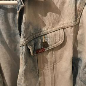 Varetype: denimjakke Farve: Blå Oprindelig købspris: 599 kr.  Har købt denne originale vintage retro jakke i UK- men får den desværre ikke brugt, da jeg har for mange jakker- så derfor sælger jeg den.  Vil sige det er en large- eller medium alt efter hvor oversize man vil ha den- men se mål herunder for at være sikker på den passer:  Bryst: 102 cm Længde (fra skulder til kant): 66 cm Ærme (fra underarm til kant): 41 cm  Kom med et bud :)