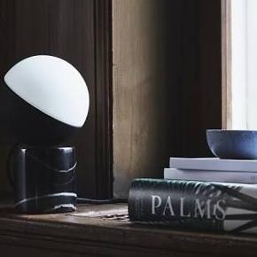 NY FABIAN MINI TABLE LAMP MARMOR MARBLE  Ny i indpakning. Nåede ikke at få den returneret Står til 1000 kr på nettet Sælges billigt Fabian mini table lamp Med sort marmor sokkel fod Elegant lampe eller bogstøtte Evt bud