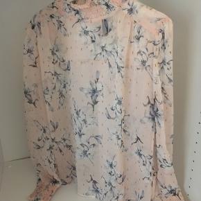 Rigtig sød bluse fra YAS med det fineste blomsterprint 💕 Str. S