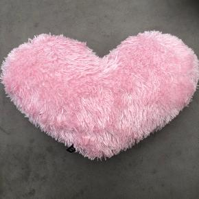 Blød hjertepude 44 cm bred