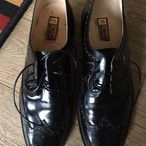 Sælger disse fine sko de er brugt 2 gange en gang til polterabend og en gang til bryllup ny pris 2200kr de er af ægte læder også sålerne og de er håndsyet