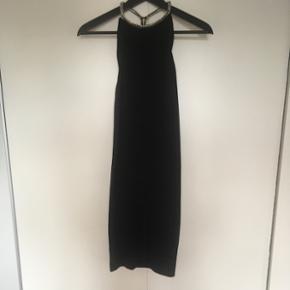 Zara kjole -Str. Xs/S  -Bar ryg  - længde: den går ca. til lidt over ens knæ Sælges da jeg ikke komme til at bruge den. Brugt få gange, er god som ny.