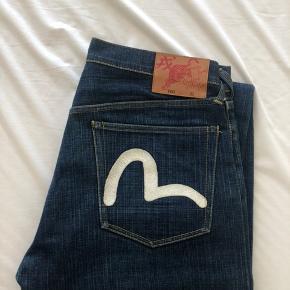 Evisu jeans i str 32. Med Tigeren og Evisu Logo på baglommerne.   En meget speciel udgave, købt i 2006.   Ny pris 4600,-