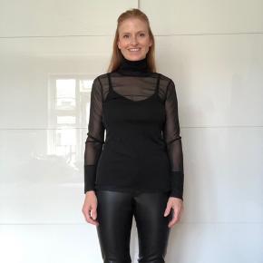 Smuk transparent bluse med en indre top.  Materiale: ydre: 100% polyester, top: 96% viskose og 4% spandex