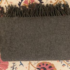 Stor lækkert uldtørklæde fra Illums Bolighus: L 200 x B 80 cm. Pris: 80 kr