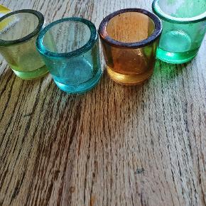 Glas til fyrfadslys i 4 farver. Fin stand - det er kun den grønne hvor noget af farven er gået af (se billede)