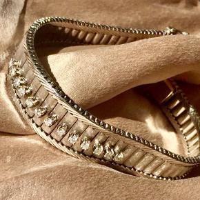 Ekstremt smukt Diamant armbånd . Udført i 14 karat hvidguld med 15 Funklende Diamanter på ialt 0,45 Carat  Farve : Wesselton  Carat : VS2