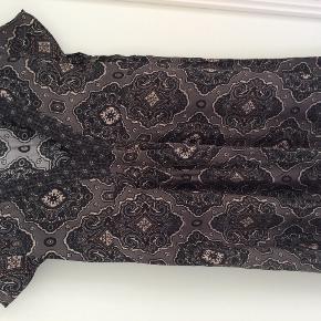 Kjole i viskose, der er fra sidste sommer. Den er brugt en gang og derefter vasket. Det er en str. 4 og farverne er grå, sort, hvid og rosa.