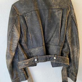 Acne Studios Saxe Leather Jacket - PSS15  100% Cow Leather Jakken er brugt i små perioder, men har ingen synlige brugstegn eller slitage.