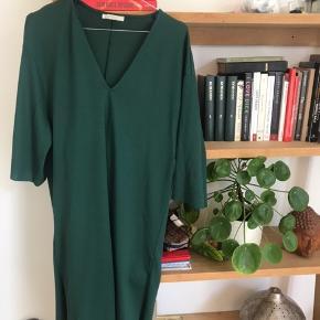 Flaskegrøn kjole fra Zara, har været brugt 2-3 gange.  Kom gerne med et bud og se de andre annoncer 🥰