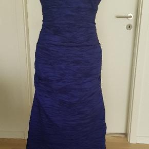Skøn galla/aftenkjole i super flotte blålilla farve. Kjolen fra amerikansk mærke ALEX evenings i str. 12. Købspris ca. 1600 kr. (fra USA)