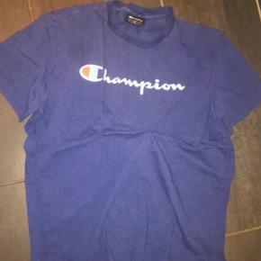 Sælger denne blå T-shirt fra champion 😊