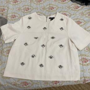 Super fin T-Shirt, købt fra H&M brugt kun 1-2 gange. Bagsiden af trøjen er helt hvid.