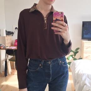 Vintage brun 90'er langærmet t-shirt med lynlås og krave. Ved ikke hvad størrelsen er, men jeg er en str. S.  Tager kun imod bud i privatbesked.