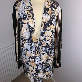 Købt på designeroutlet i Neumünster. Aldrig brugt, så er derfor i perfekt stand. Jeg sørger for at dampe jakken inden udlevering.