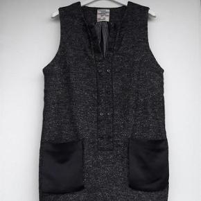 brugt få gange  brystvidde 2x53cm længde 82cm 68% virgin wool 31%polyamide 1% elestane 50cm fra skulder 2x54cm