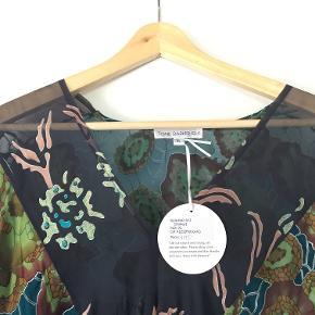 Chiffon, 60 % rayon, 40 % silke, længde fra midt på skuldersøm til underkant 80 cm.