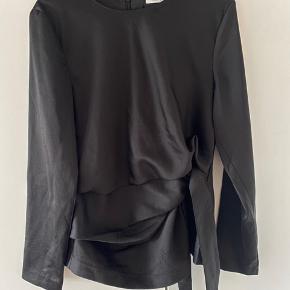 Model: Hilda. Har trådudtræk (se billede) sælges derfor billigt! Ellers rigtig fin bluse i satin look.