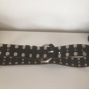 Mærke: MNG Størrelse: T: 85 cm Farve: sort Materiale: læder Bæltet: har nitter på i forskellige størrelser.. blanke og sorte Stand: aldrig brugt  Sælges kr 99