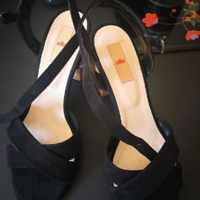 Hdlt nye sorte ruskind sommer sandalrrmed ca 8 cm kork hæle. Brugt engang i to timer men pga en fod kynst passer det ikke til min højre fod som er større rnd min venstre.