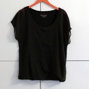 En bluse i str.S som passer også M. Aldrig brugt.  Kan hentes i Charlottenlund eller København.
