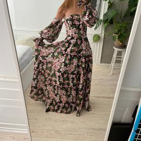 Fineste galla kjole fra Asos Design. Den er lavet med broderede blomster overalt og med nogle smukke ballonærmer som sidder nede efter skulderen. Overdelen er et corsage med stivere. En rigtig lækker kjole. Nyprisen var omkring de 3000 og den sælges for 1000 kr nu. Aldrig brugt. Jeg købte den til at have på til et japansk bryllup, men endte med ikke at komme afsted pga corona. Så nu sælges den. Kan afhentes i Kbh K eller sendes med dao til pakkeshop. Jeg giver mængderabat ved køb af flere ting - se mine andre annoncer