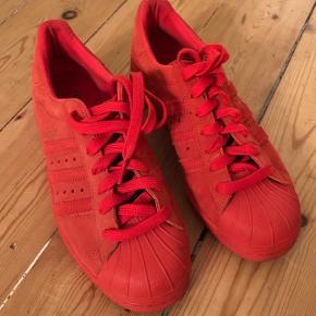 Røde sneakers fra Adidas Superstar 80s city series i London modellen. Str 38 ⅔. Brugt en enkelt gang, fremstår næsten som nye. Kan afhentes i KBH NV eller sendes mod betaling. BYD