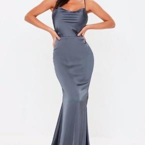 OBS: klik på billedet for at de den fulde kjole   SATIN DRESS  Smuk gallakjole fra mærket missguided. Købt på nelly for omkring 400 kr. ALDRIG BRUGT, sælges kun, da jeg fandt en anden gallakjole.   Størrelse 38, men passes bedre af en 36, da der er en underkjole indenunder der bedre passer en small :-)  Send gerne en privatbesked for billeder med den på (havde bare ikke plads til at poste flere billeder her)