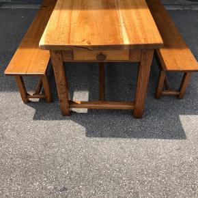 Table ancienne avec 2 bancs en bois massif  Ideal pour la famille