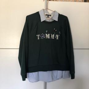 Rigtig pæn sweater fra Tommy Hilfiger med pæn skrift foran. Brugt nogle gange, og er lidt fnulret, men ellers rigtig fin. Byd gerne🌸 Hvis man køber både sweater og skjorten, er der rabat😊