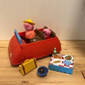 Gurli Gris bil med lydeffekter og bagagerum, der kan åbnes.  Inkl. 2 figurer, bord, 2 tallerkener, flaske, kuffert og grill.   Brugt men fejler ingenting.   Har flere annoncer med Gurli Gris😊