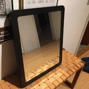 Enkelt sort spejl. Måler 45x55cm.