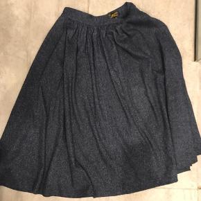 Mega flot uld (og polyester) blanding. Rigtig efterårsnederdel. Blå med hvide tråde i. Sælges kun pga. jeg ikke kan passe den længere. Nypris 800kr.
